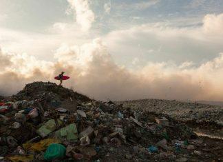 Os surfistas estão entre os mais afetados pela poluição marinha.